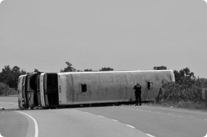 Dos niñas de 11 años muertas y dos alumnos en riesgo de vida por el vuelco de un micro en la Ruta 2