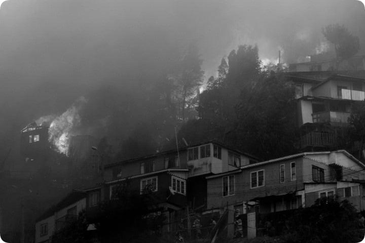 Incendio consume unas 200 casas en la ciudad chilena de Valparaíso y sospechan que fue intencional