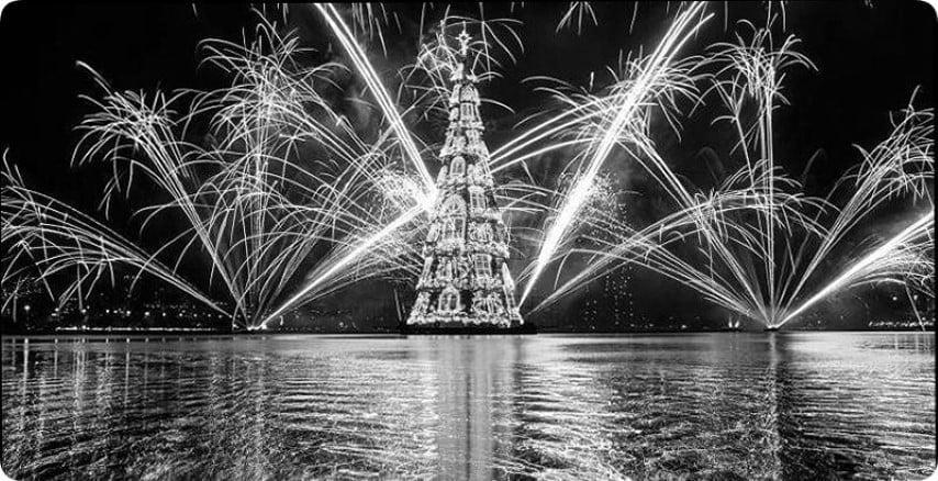 En Rio de Janeiro inauguran el árbol de navidad flotante de 70 metros de altura
