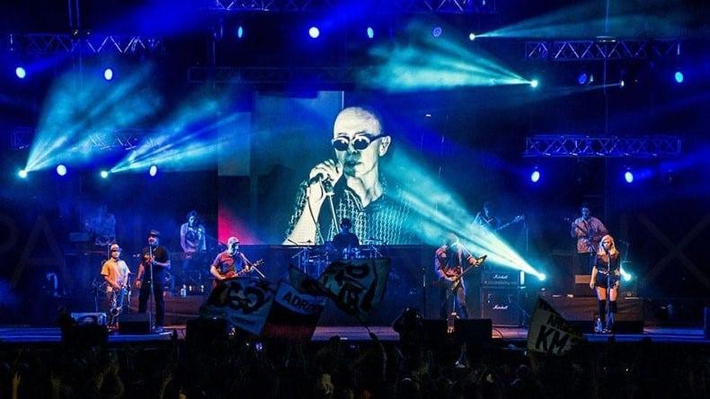 El Indio cantó como invitado en show de Los Fundamentalistas, pero en modo holográfico
