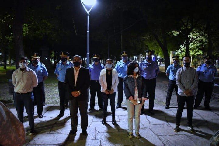 La policía sigue interrumpiendo fiestas prohibidas y demorando infractores, y será implacable con los horarios de bares y restaurantes