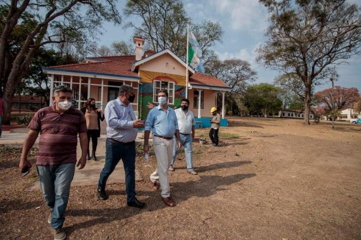 En Isla del Cerrito, Capitanich entregó equipamiento para obras y 45 netbooks
