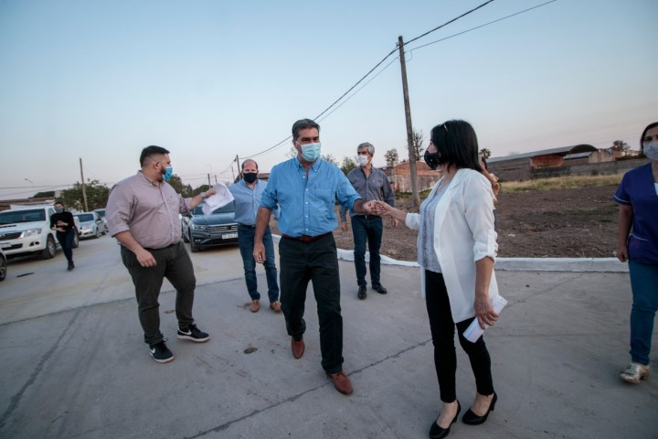 Quitilipi: Capitanich entregó trajes a bomberos voluntarios e inauguró nuevas cuadras de pavimento urbano