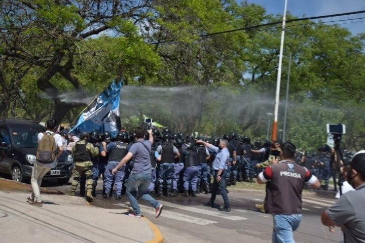 Otra notable gestión de Olivello: reprimen a Barrios de Pie durante una marcha de apoyo al gobierno
