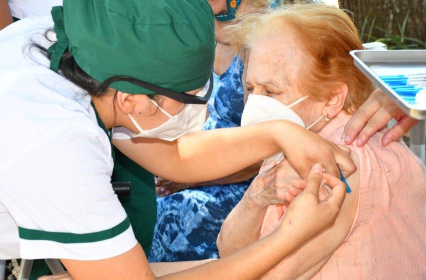 Plan de vacunación: adultos mayores de residencias y personal de fuerzas de seguridad recibieron dosis en la primera jornada
