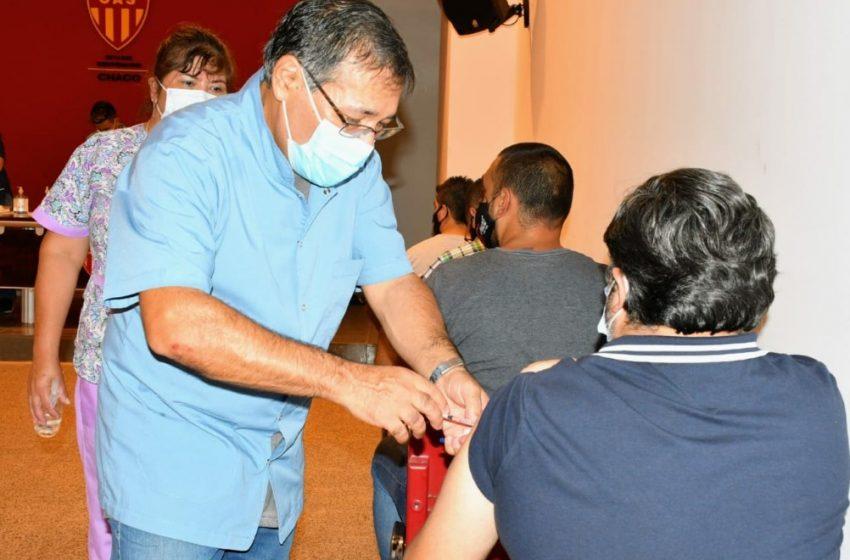 Vacunan a médicos del sector privado en el Club Sarmiento y el Jaime Zapata