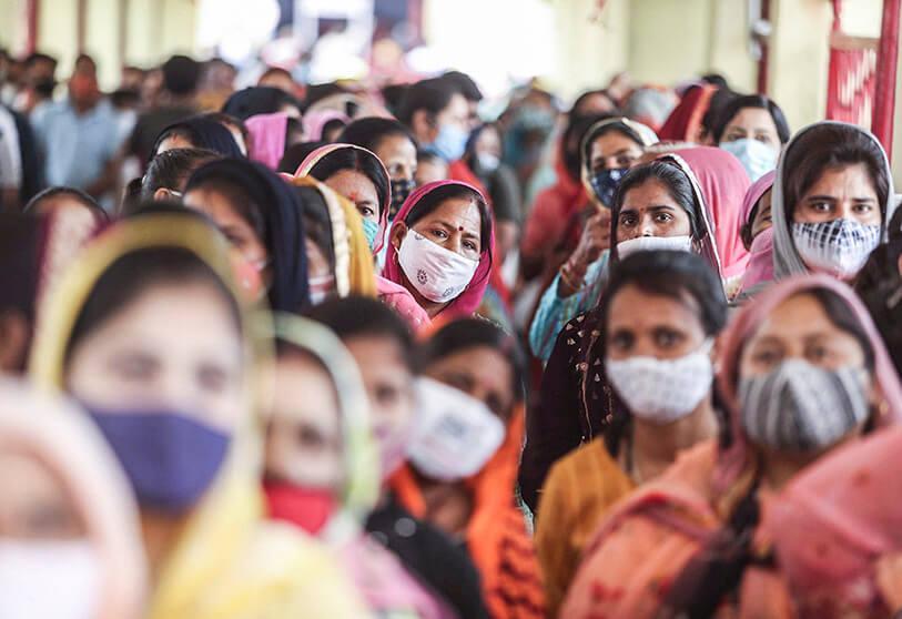 """El coronavirus sigue batiendo récords en India, que espera """"nuevas olas"""" de contagios"""