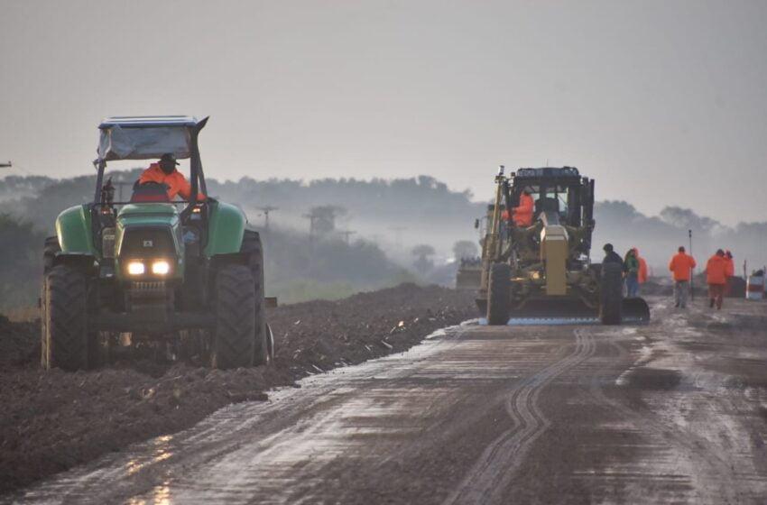 Capitanich fiscalizó el avance de la obra de pavimentación de la Ruta 13