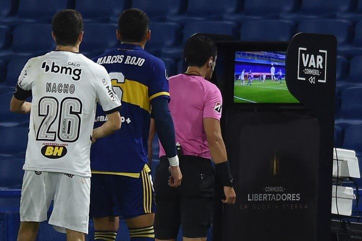 En un partido con polémica, Mineiro eliminó a Boca por penales y pasó a cuartos de la Libertadores