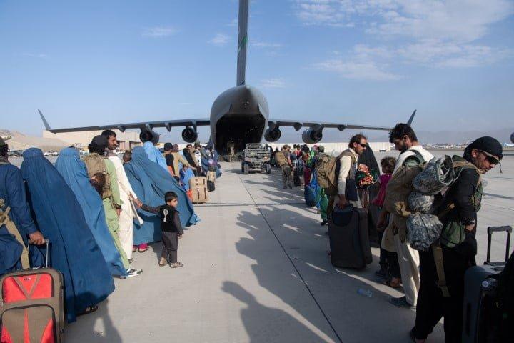 Occidente advierte sobre posibles atentados en el aeropuerto de Kabul en medio del puente aéreo